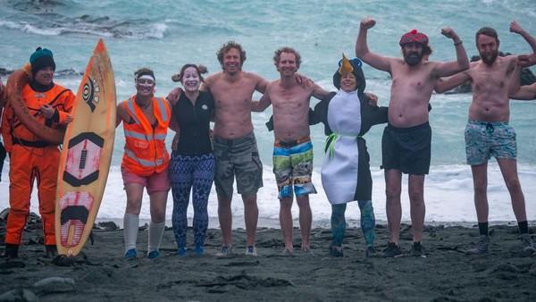 Meski sangat dingin, tapi itu justru tidak menyurutkan kegembiraan dan semangat orang-orang Australia ini. Mereka terlihat enjoy dan happy-happy saja berenang di air es. Traveler berani coba? (dok. Istimewa)