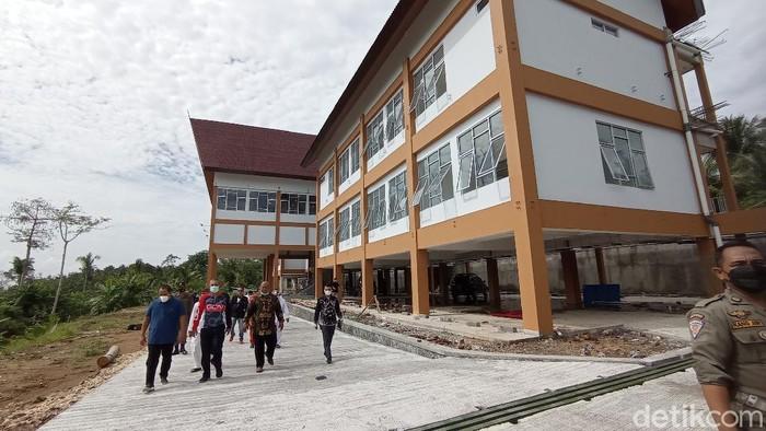 Bupati Pangandaran Jeje Wiradinata meninjau pembangunan pusat pemerintahan.