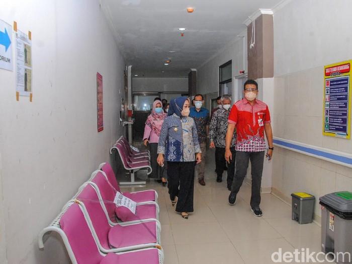 Bupati Purbalingga Dyah Hayuning Pratiwi saat meninjau RSUD Goeteng Taroenadibrata, Jumat (25/6/2021).