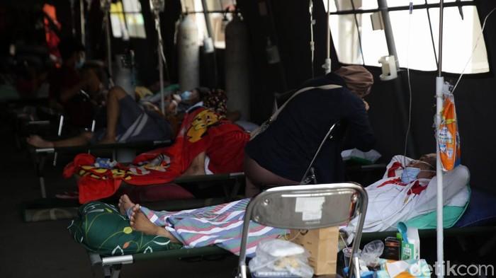 COVID Bekasi: Jenazah Meningkat-Viral Pasien Tiduran di Parkiran