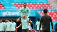 Video: Cristiano Ronaldo Siram Pepe Sambil Cengengesan!