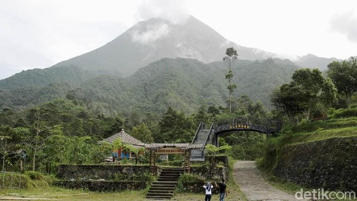 Gunung Merapi erupsi sebanyak 3 kali pagi ini. Sebagian wilayah Sleman, DIY, pun diguyur abu letusan.