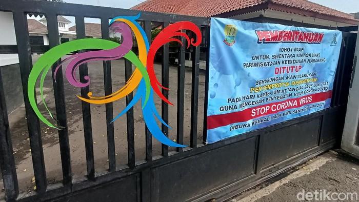 Kantor Disparbud Karawang ditutup gegara ada pegawai COVID-19.