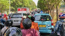 Truk Terguling Timpa Motor di Jl TB Simatupang Jaksel, Lalin Macet Parah