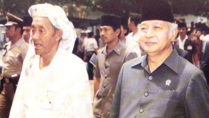 Kiai Asad dan Presiden Soeharto di arena Muktamar NU di Situbondo, Jawa Timur 1984