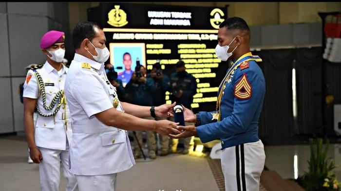KSAL memberikan Adhi Makayasa pada putra Papua