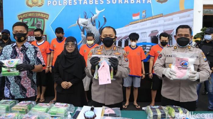 Polisi Surabaya membongkar peredaran narkoba jaringan internasional. Lima kurir ditangkap dan 20,5 kilogram sabu disita.
