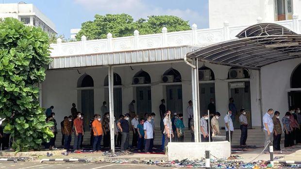 Masjid Al Azhar< Jakarta Selatan, tetap menggelar salat Jumat, dengan kapasitas 25%, Jumat (25/6/2021).