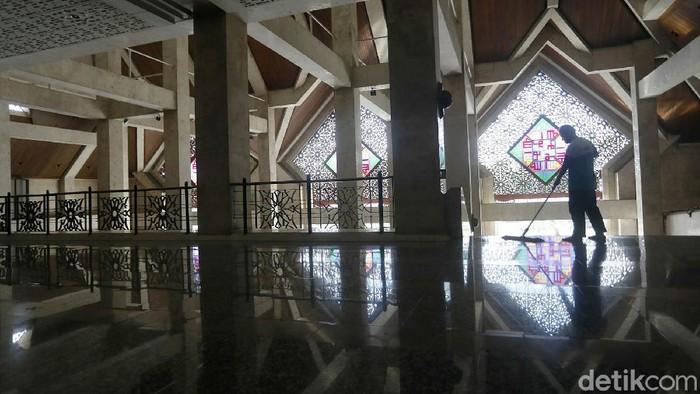 Hari ini Masjid Agung At Tin Taman Mini Indonesia Indah (TMII), Jakarta Timur, tetap menggelar Salat Jumat berjamaah. Pihak masjid menerapkan proses yang sangat ketat.