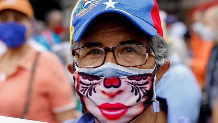 Para pakar kesehatan dunia mengklaim penggunaan masker dobel lebih tangguh menangkal varian ganas Corona.
