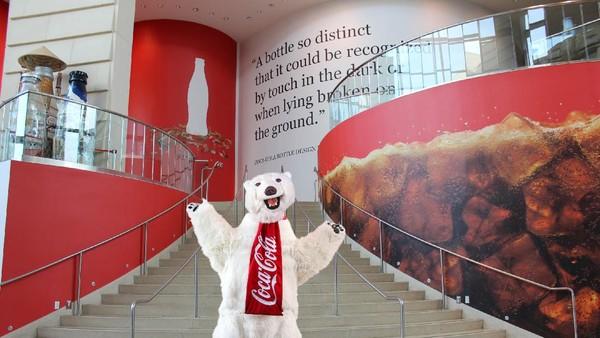 Di sana pengunjung dapat melihat pameran mengenai sejarah minuman bersoda itu, perannya dalam budaya pop, dan proses pengemasannya.