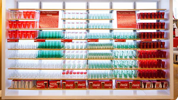 Di samping itu ada pula toko suvenir yang menyediakan berbagai barang dengan desain khas Coca-Cola.