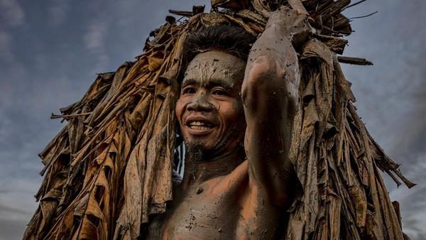Setiap tahun, penduduk desa Bibiclat di kota Aliaga merayakan Pesta Santo Yohanes dengan menutupi diri mereka dengan lumpur, daun pisang kering, tanaman merambat, dan ranting.