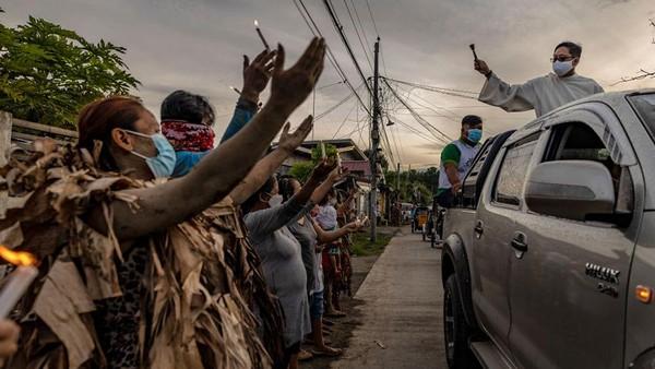 Karena pandemi virus corona, pembatasan tetap diberlakukan pada pertemuan keagamaan sebagai bagian dari tindakan penguncian pemerintah, dan umat disarankan untuk merayakannya di rumah mereka.