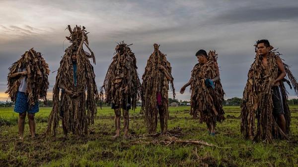 Setiap tahun, penduduk desa Bibiclat di kota Aliaga merayakan Festival Taong Putik.