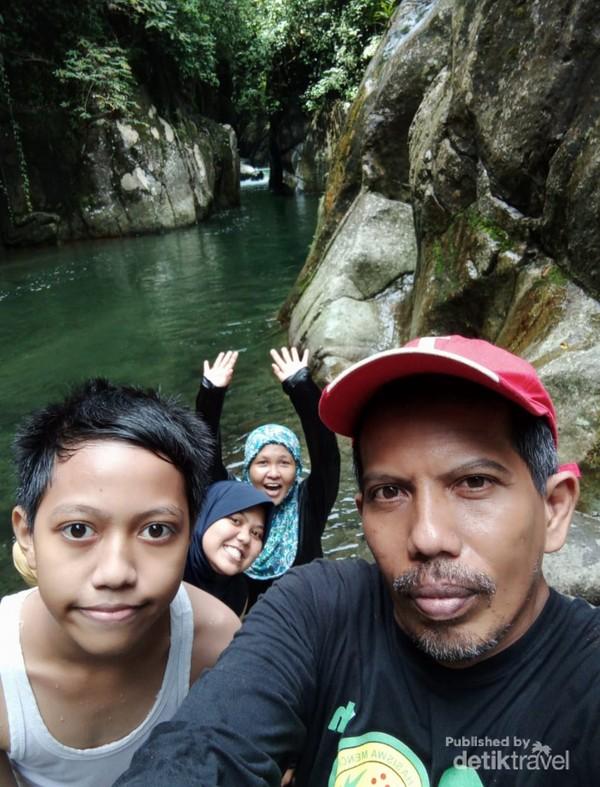 Berfoto bersama keluarga