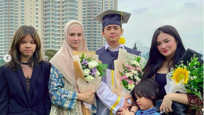Mulan Jameela dampingi sang putra wisuda kelulusan dari SMA