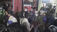 Operasi PPKM Mikro di Kedai Kopi Makassar Ricuh!