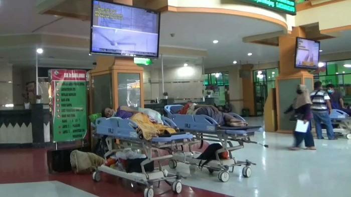 Pasien di RSSA Kota Malang proses tunggu di lobi