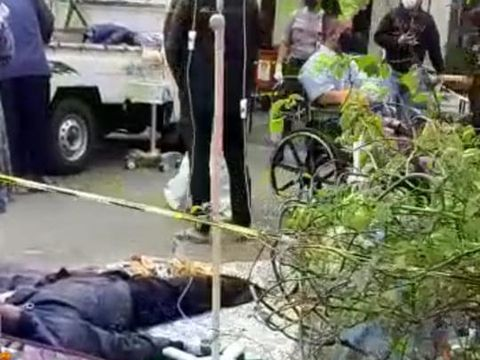 Pasien tidur di parkiran di depan RSUD Bekasi (tangkapan layar)