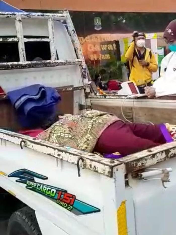 Pasien tidur di pikap di depan RSUD Bekasi (tangkapan layar)