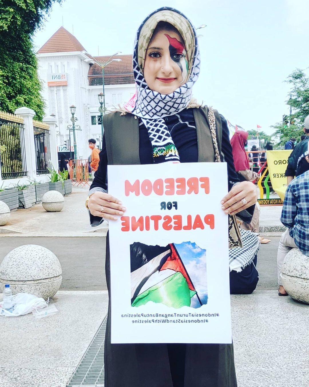 Inspiratif! Wanita Cantik Penjual Kebab Ini Donasikan Sebagian Penghasilan untuk Palestina