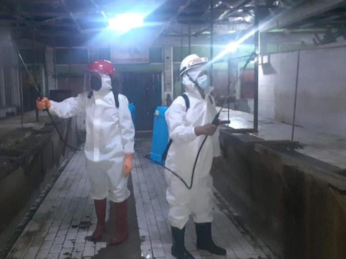 Penyemprotan disinfektan di pasar-pasar tradisional kota pasuruan