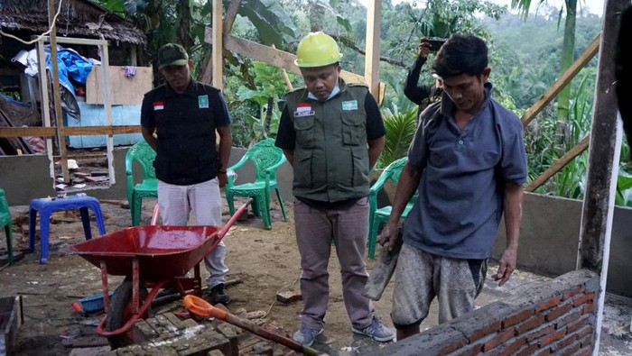 Gempa yang terjadi di Sulawesi Barat pada Januari 2021 lalu masih menyisakan duka untuk para korban. Tak sedikit dari mereka yang harus kehilangan tempat tinggal, keluarga, bahkan harus merelokasi tempat tinggal mereka ke tempat baru karena lokasi lama tak bisa lagi ditempati.