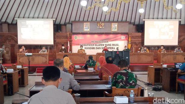 Rakor penanganan COVID-19 di pendapa Pemkab Klaten, Jumat (25/6/2021).