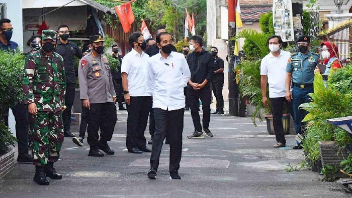 Presiden Jokowi meninjau lokasi PPKM di RW 01 Rawasari, Cempaka Putih, Jakarta. Jokowi mengaku kunjungannya ini bersifat dadakan.