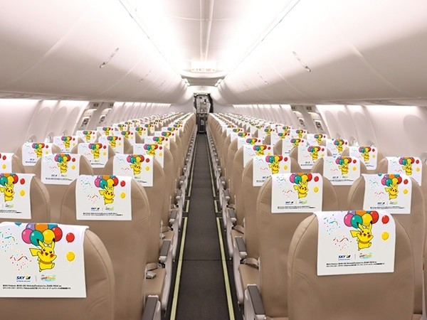 Kemudian masuk ke dalam pesawat, kamu akan melihat semua bangku penumpang memiliki sandaran kepala Pikachu juga.