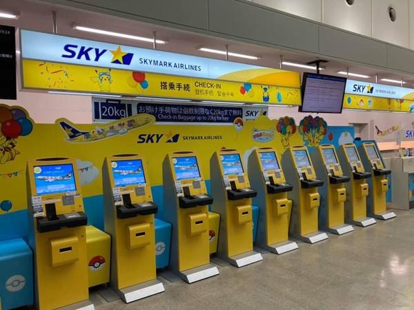 Piikachu belum sampai disitu saja. Di konter check-in Skymark di rute jet Pikachu juga dihiasi dengan warna-warna khas Pikachu. Kuning!