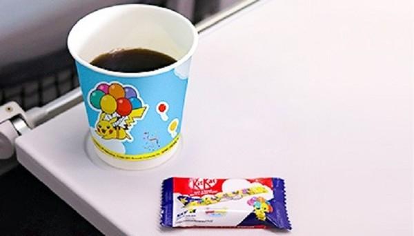 Masuk ke dalam pelayanan, penumpang juga akan mendapatkan layanan dengan cangkir Pikachu dan KitKat dengan bungkusan khusus bertema Pikachu juga.
