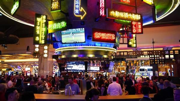 Pengunjung memenuhi lantai kasino saat pembukaan Resorts World Las Vegas (24/6). Operator kasino Malaysia, Genting Group menginvestasikan dana senilai US$ 4,3 miliar atau setara Rp 61,9 triliun untuk membangun hotel dan tempat judi ini.