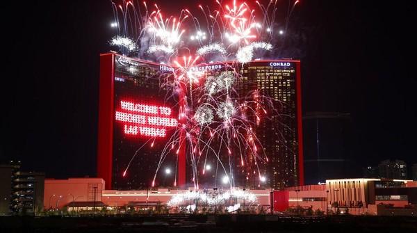 Kembang api memeriahkan saat pembukaan kasino dan hotel Resorts World Las Vegas (24/6). Lahan Resorts World Las Vegas ini dibeli pada tahun 2013 dari pemilik sebelumnya yang gagal karena sejumlah masalah.