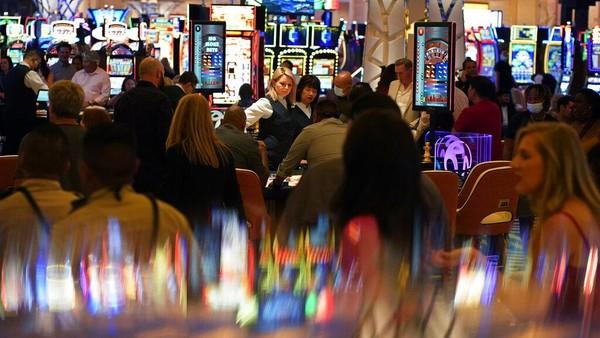 Pengunjung memenuhi lantai kasino saat pembukaan Resorts World Las Vegas (24/6). Pemandangan tanpa jaga jarak dan tanpa masker sangat berbeda dari sejumlah negara di dunia yang masih menghadapi pandemi Corona.