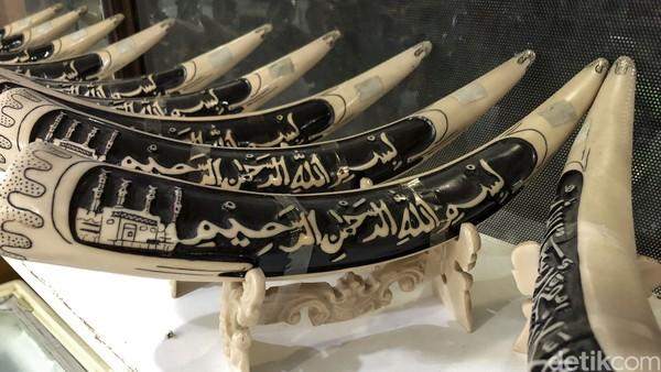 Adaptasi itu bisa dilihat dari tulisan plang toko yang berhuruf Arab hingga jualannya pun khas Arab. Turis Arab yang datang ke Cipanas biasanya untuk berwisata terselubung, kawin kontrak.
