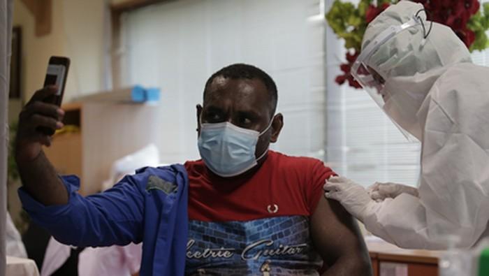 PT Kimia Farma Diagnostika melakukan vaksinasi terhadap 14.800 pekerja bp Indonesia secara bertahap.