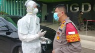 Cerita Wakapolres Jaksel Evakuasi Warga Positif COVID di Jagakarsa