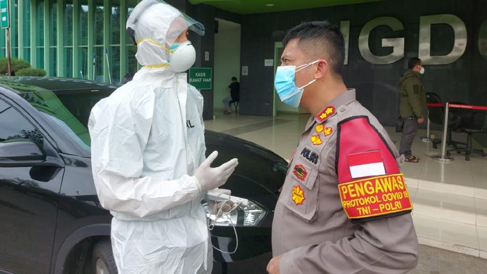 Wakapolres Jaksel Bantu Evakuasi Warga Jagakarsa