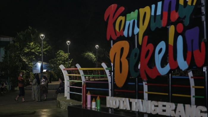 Sejumlah warga beraktivitas di Jalan Kali Pasir, Kota Tangerang, Banten, Kamis (24/6/2021). Pembatasan tersebut dilakukan mulai pukul 21.00 WIB hingga 04.00 WIB di titik rawan keramaian di Kota Tangerang guna menekan penyebaran COVID-19. ANTARA FOTO/Fauzan/rwa.