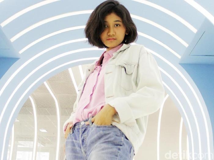 Remaja berusia 19 tahun ini mendadak viral usai sosoknya yang mirip dengan Nike Ardilla. Ialah Siti Aisyah Mardhiya Amilia atau akrab disapa Amel.