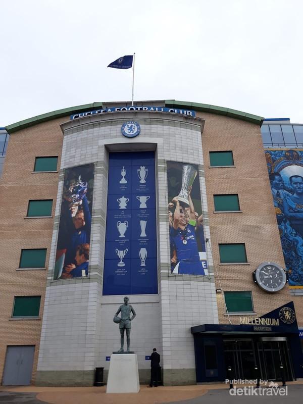 Patung Peter Osgood di depan Stamford Bridge