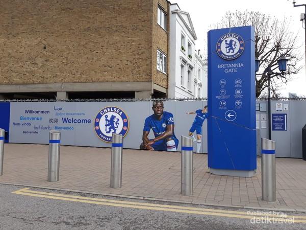 Britannia Gate salah satu akses masuk ke  Stamford Bridge