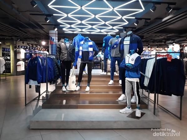 Beragam merchandise Chelsea di Chelsea Megastore
