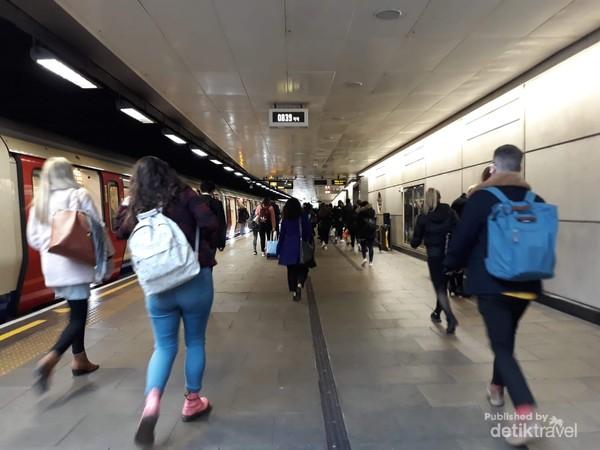 Fulham Broadway subway station tampak ramai di pagi hari
