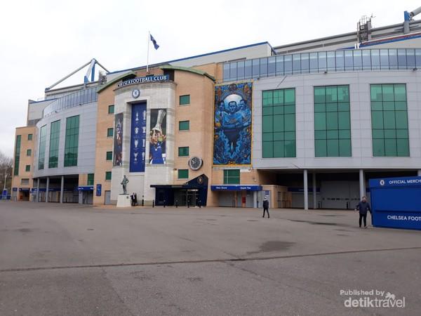 Stamford Bridge berlokasi di Fulham Road kawasan barat daya London