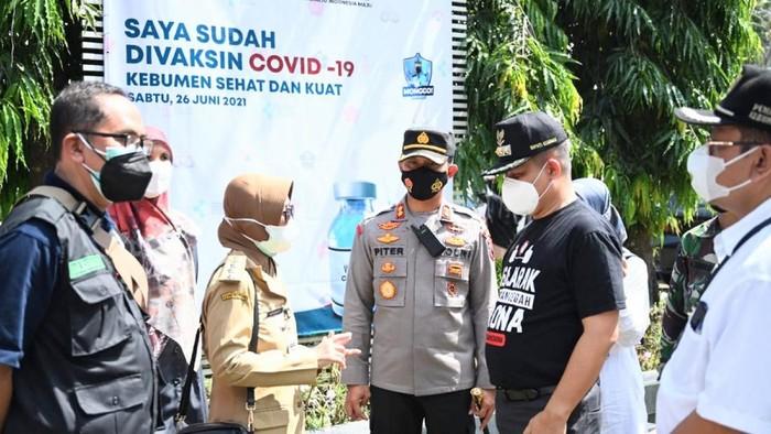 Bupati Kebumen Arif Sugiyanto bersama seluruh jajaran Forkompinda menyatakan pelaksanaan vaksinasi massal dilakukan di tiga titik, yakni Gedung Sekda, Universitas Putra Bangsa dan di STIKES Muhammadiyah Gombong.