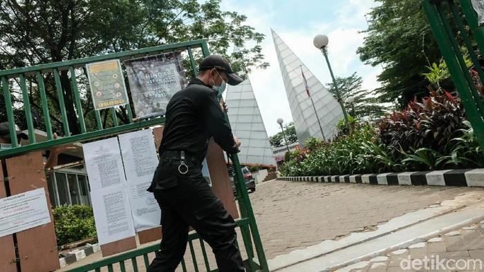 Pemprov DKI melarang aktivitas ziarah kubur ke TPU selama pengetatan PPKM Mikro. Larangan diberlakukan hingga 5 Juli mendatang.
