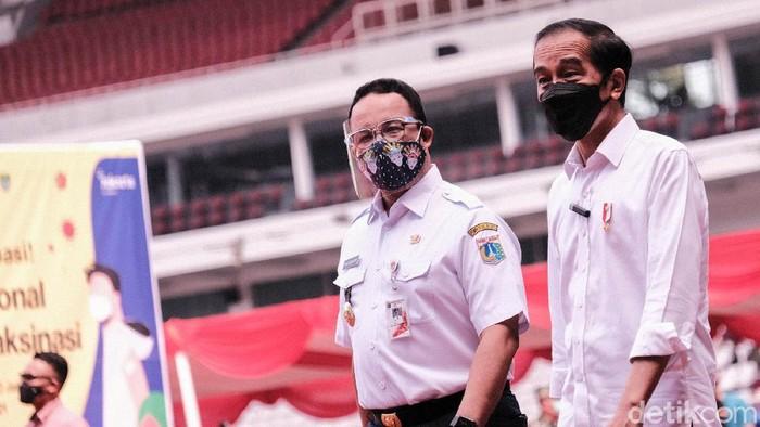 Presiden Jokowi didampingi Gubernur DKI Anies Baswedan meninjau vaksinasi massal COVID-19 di Stadion GBK. Jokowi ingin memastikan program vaksinasi berjalan dengan baik.